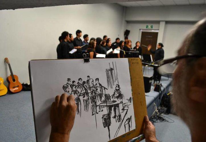 El  artista tiene más de una década plasmando en papel, los eventos artísticos y culturales de Cancún. (Faride Cetina/SIPSE)