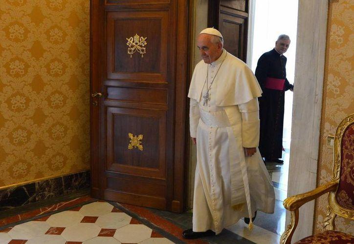 El papa Francisco llega a su audiencia con el secretario general de Naciones Unidas, Ban Ki-moon. (EFE)