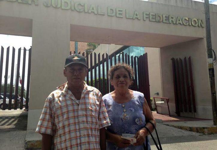 Eleuterio Quetzal Santana, quien aparece junto a su esposa Elsy Echeverría Ferráez, asegura que la alcaldesa ha tratado de darle menos dinero. (Milenio Novedades)