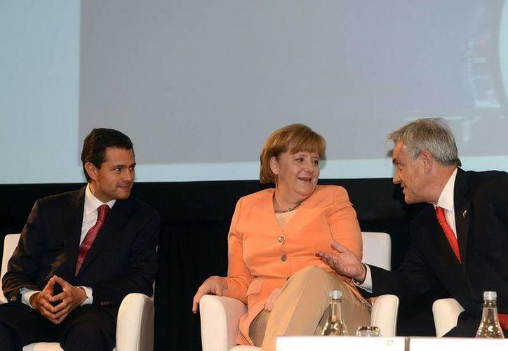 Peña Nieto con la canciller alemana, Angela Merkel y el mandatario chileno, Sebastián Piñera. (Notimex)