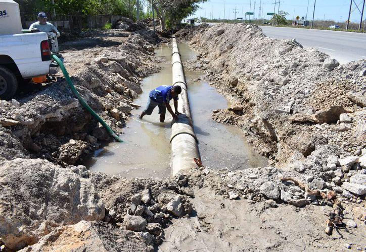 El ducto dañado se ubica en la vía a Mérida a la altura de Flamboyanes. (Gerardo Keb/Novedades Yucatán)