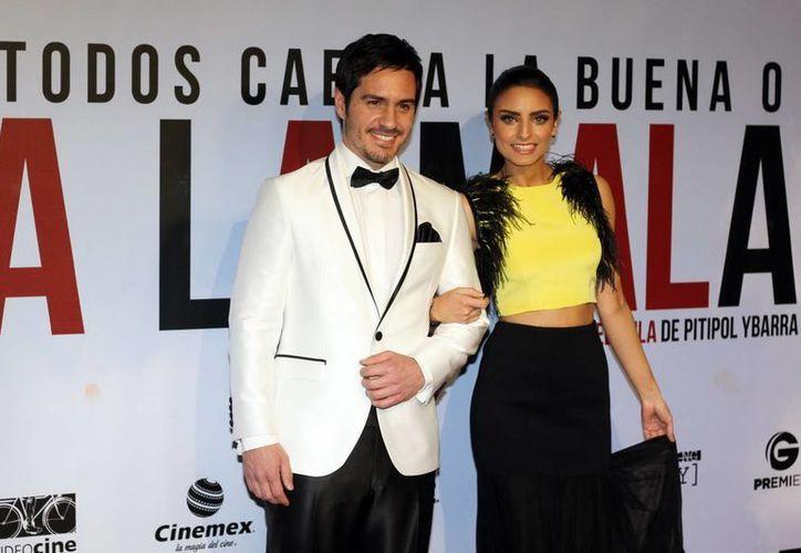 Aislinn Derbez, quien en la foto aparece con su novio, el también actor Mauricio Ochmann, no descarta  volver a aparecer topless. (Notimex)