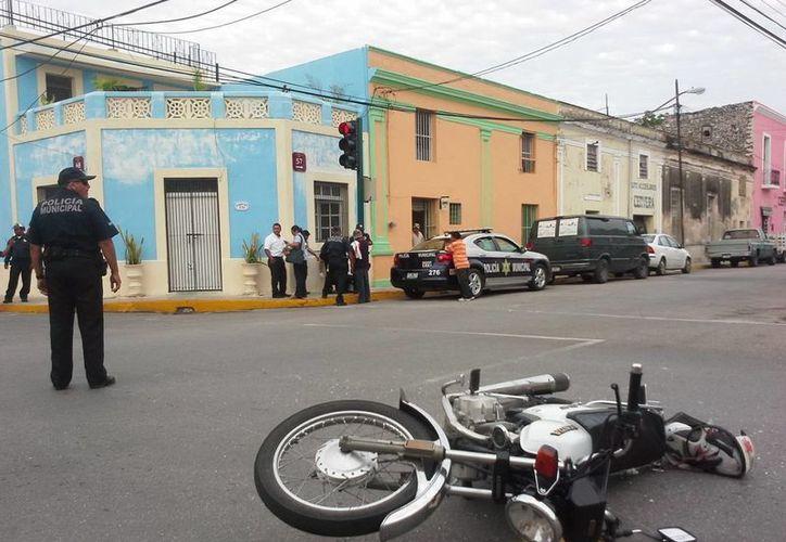 La motocicleta que se pasó el alto en la calle 68 por 57 quedó tirada a media calle después del accidente en el centro de Mérida. (Milenio Novedades)
