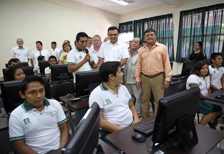 Ayer, el gobernador Rolando Zapata inauguró el centro de cómputo del Cobay de Tecoh y develó la placa que lo certifica como parte del Sistema Nacional de Bachillerato. (Cortesía)