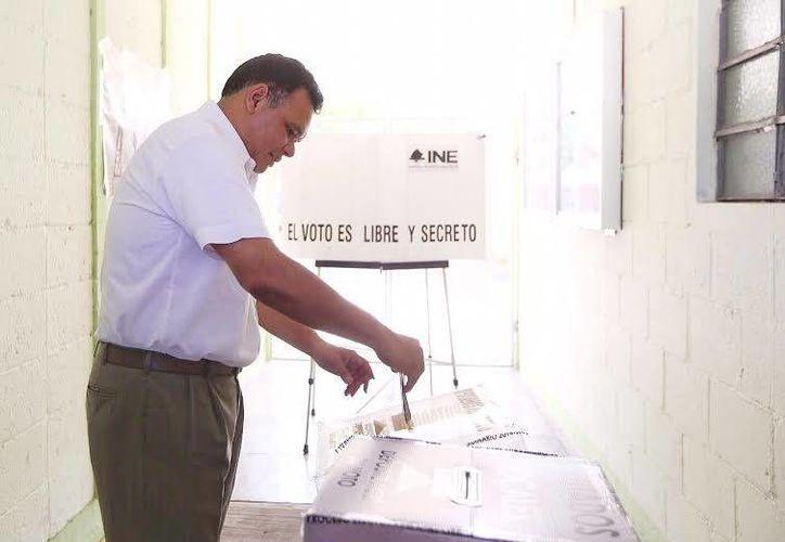 El mandatario votó en la escuela 'Isolina Pérez Castillo', de la colonia Felipe Carrillo Puerto. (Jorge Acosta/SIPSE)