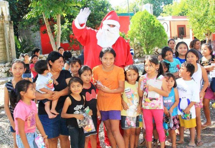 En algunos casos los niños nunca habían recibido un regalo de Navidad y en muchos casos nunca habían visto en persona a Santa Claus. En la foto, entregas en Dzoyaxche. (Fotos cortesía)