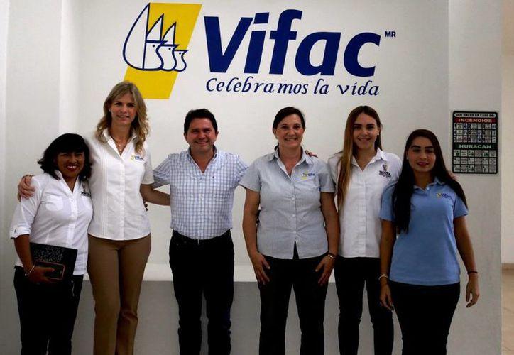 Mauricio Sahuí, con la directiva de Vifac. El funcionario visitó las instalaciones de la casa hogar que apoyan a mujeres embarazadas. (Milenio Novedades)