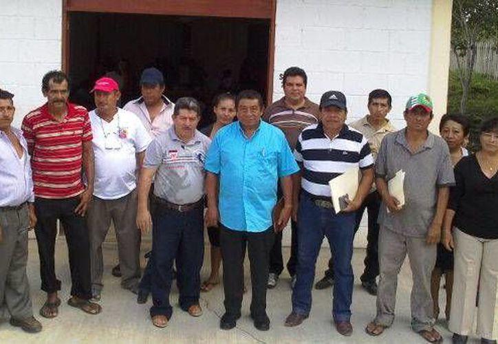 El presidente municipal, Sebastián Uc Yam, acompañado de las autoridades comunales. (Redacción/SIPSE)