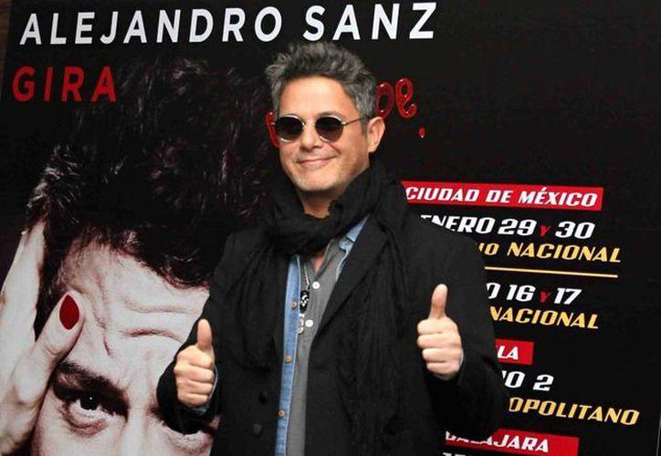 Alejandro Sanz, quien está de gira en  México para ofrecer conciertos, consideró que los problemas en México y España son similares y que las sociedades en general evolucionan más que sus dirigentes. (Notimex)