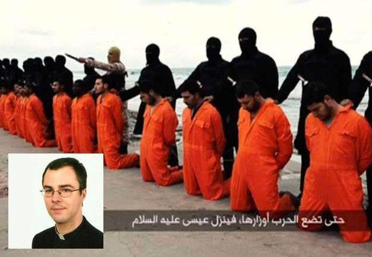 El video que mostró el sacerdote Krzysztof Jeruzalski (recuadro) muestra a extremistas decapitando a 21 cristianos coptos egipcios en Libia en febrero pasado. (Foto especial)