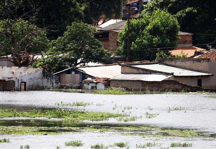 65 mil evacuados en Asunción en el día de la posesión del nuevo intendente por la crecida del nivel en el Río Paraguay, en Asunción. (EFE)