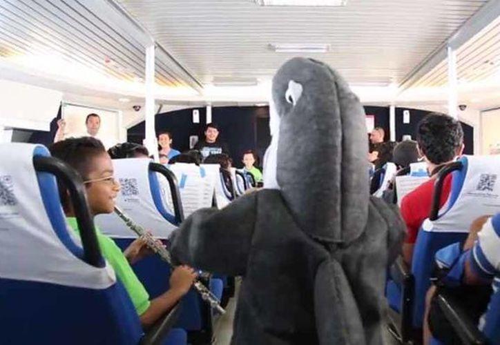 Los pasajeros disfrutaron de la sorpresa a bordo del barco. (Impresión de pantalla/Facebook)