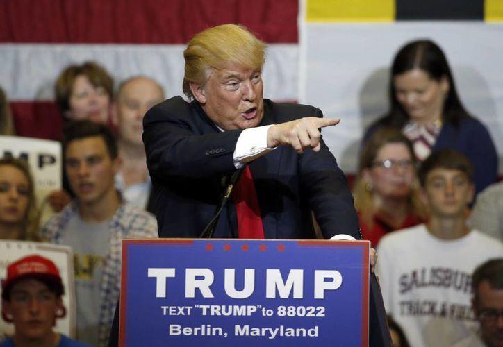 El aspirante a la candidatura republicana Donald Trump habla durante un acto de campaña en al escuerla secundaria Stephen Decatur, en Berlin, Maryland. (Agencias)