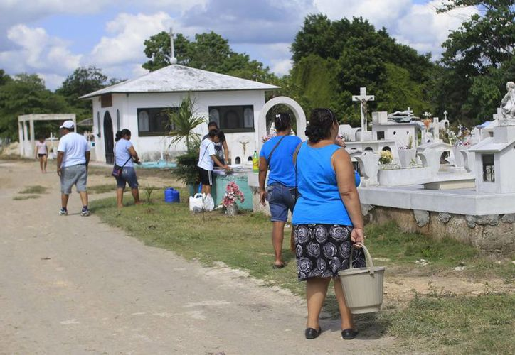 Los familiares de los difuntos se dieron cita para visitar las tumbas de sus muertos. (Harold Alcocer/SIPSE)