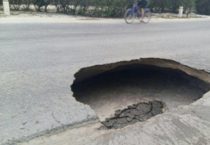 Un desfonde se registró ayer en un tramo de la carretera Tulum - Boca Paila (Sara Cauich/SIPSE)