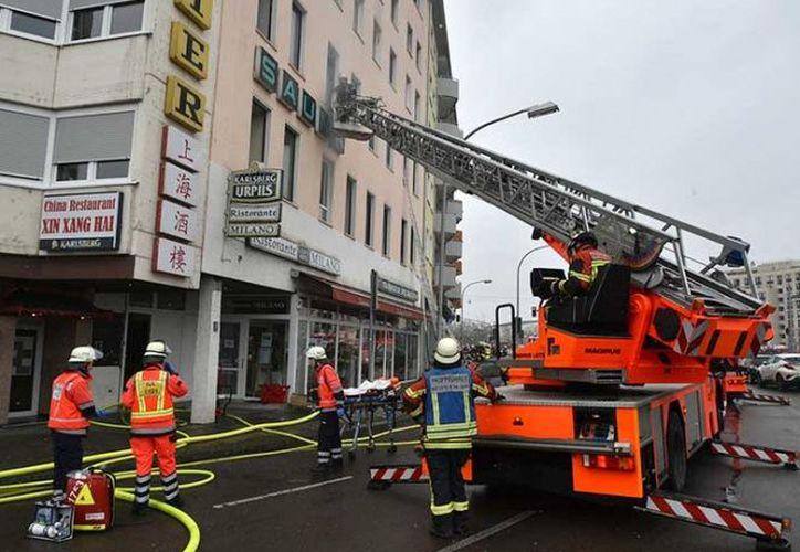 Más de 100 bomberos y 25 policías estaban en el lugar ayudando a la gente. (AP)