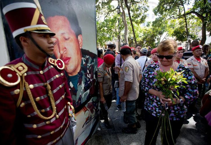 El retiro del retrato de Hugo Chávez del Parlamento venezolano generó una dura protesta por parte de los simpatizantes del oficialismo. (AP)