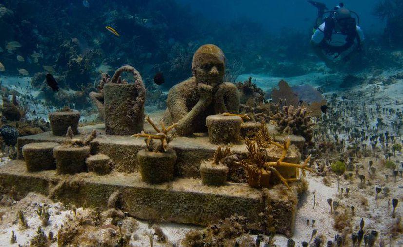 Las esculturas del Museo Subacuático de Arte son uno de los muchos atractivos con que cuenta Cancún, y que atraen a miles de turistas amantes del buceo. (Redacción/SIPSE)