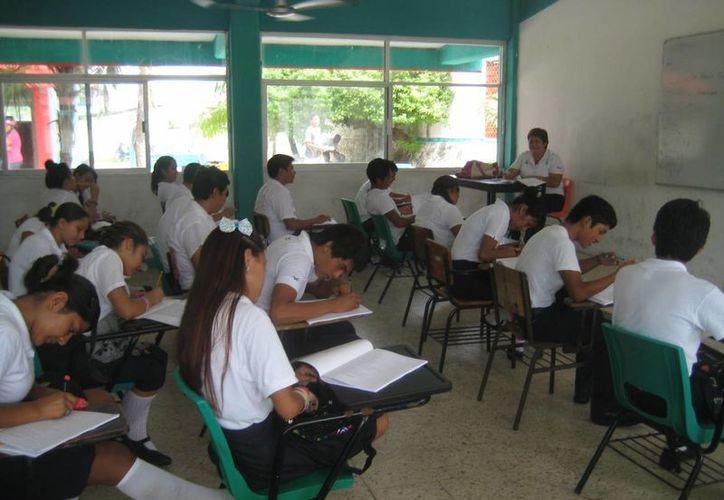 Comenzaron las clases para los alumnos de nuevo ingreso en bachillerato.  (Lanrry Parra/SIPSE)
