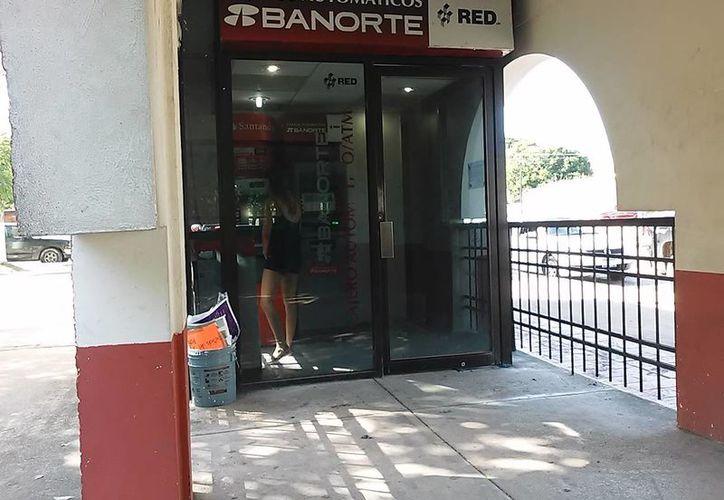 Desde el sábado los cajeros de Bacalar se quedaron sin dinero. (Javier Ortíz/ SIPSE)