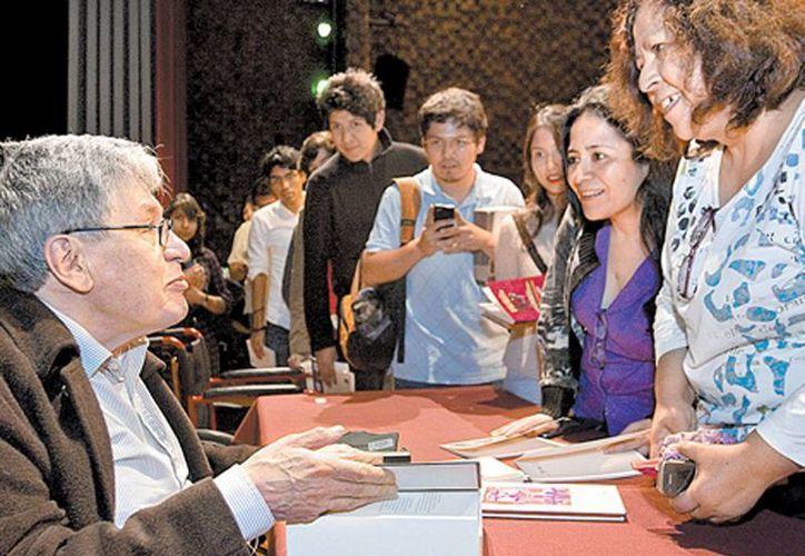 El poeta durante la firma de autógrafos al final de la charla. (Milenio)
