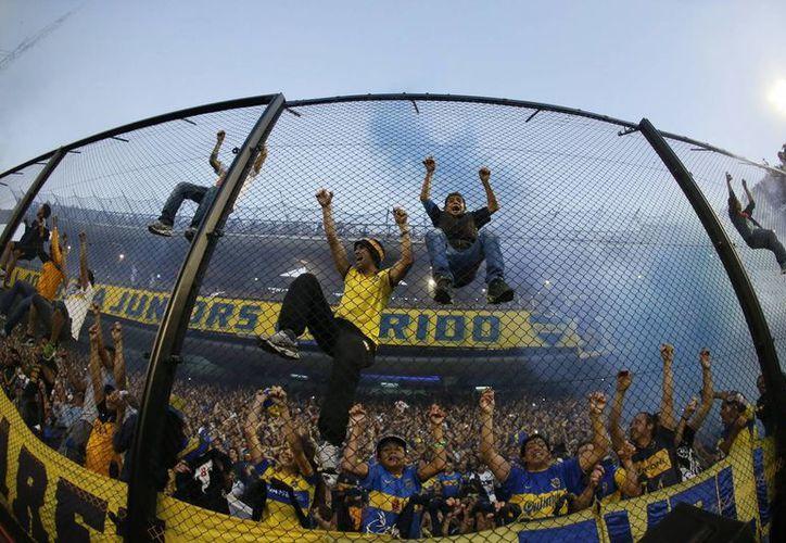 Hinchas del Boca Juniors durante el juego de su equipo ante River Plate, en el estadio la Bombonera. (EFE)