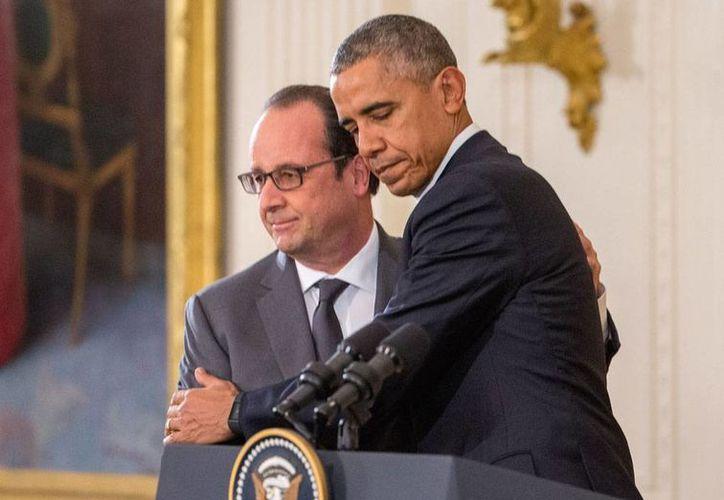 El presidente de EU, Barack Obama (izq), abraza al de Francia, Francois Hollande, durante la conferencia de prensa que ofrecieron este 24 de noviembre de 2015 en el salón este de la Casa Blanca. (Foto AP/Andrew Harnik)