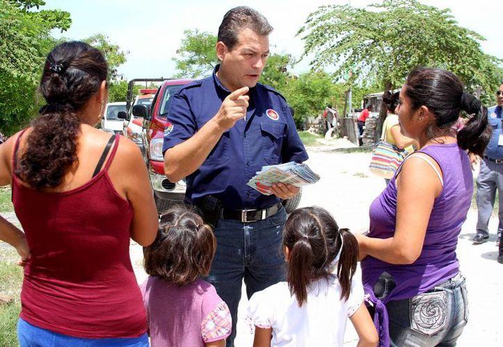 A partir de la información de Protección Civil, las familias ubican el refugio más cercano a sus domicilios. (Cortesía/SISPE)