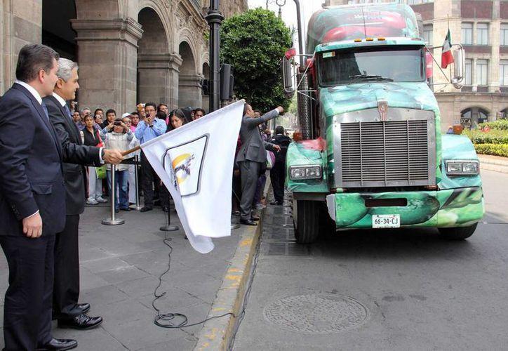 Mancera, dio el banderazo de salida a los camiones con la ayuda a los damnificados en San Luis Potosí. (Notimex)