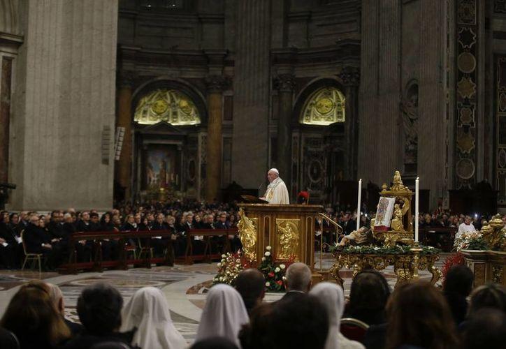 El Papa Francisco durante su discurso en la misa de víspera del año nuevo en la Basílica de San Pedro en el Vaticano. (Foto AP / Gregorio Borgia)