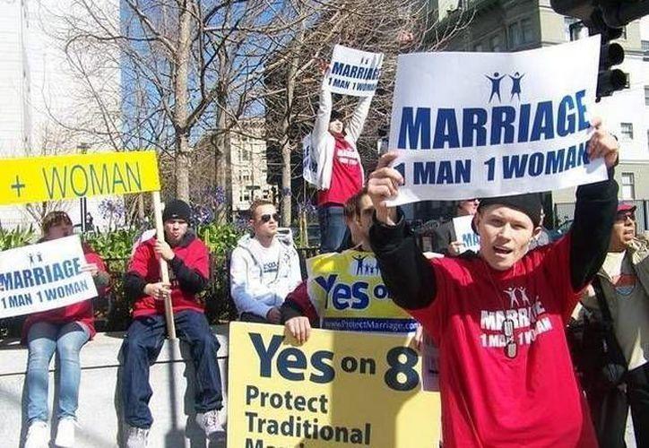 Un grupo de oponentes al matrimonio gay se manifiestan frente a la Corte Suprema. (Archivo/SIPSE)