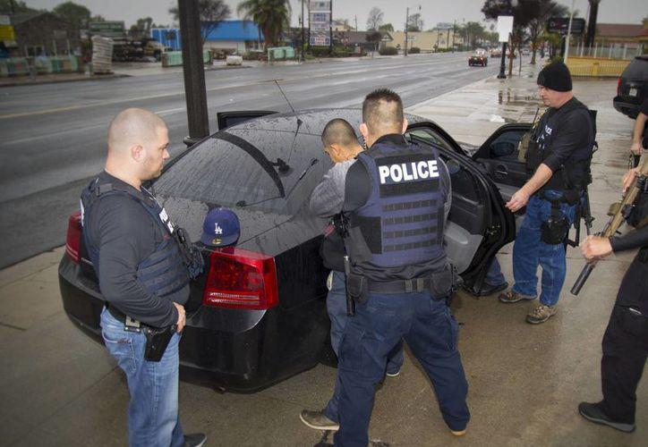 Los agentes migratorios deben identificarse durante cualquier incursión en el domicilio de alguna persona inmigrante en los Estados Unidos. (AP/Charles Reed)