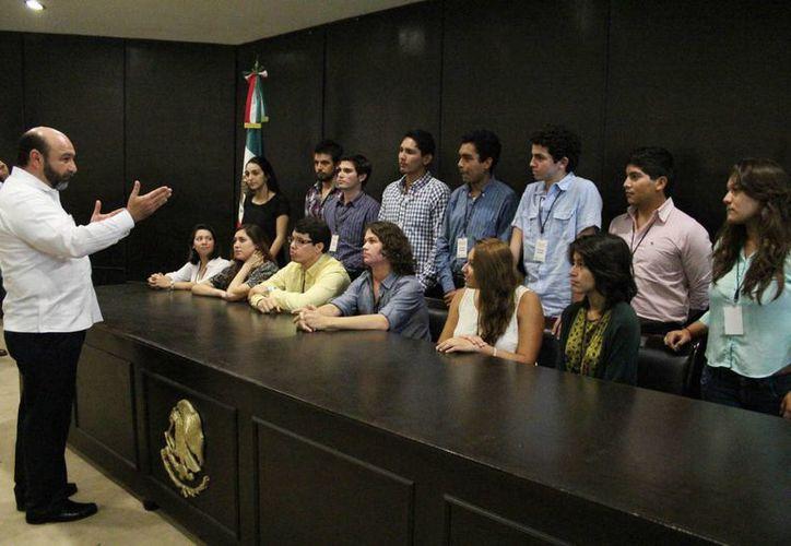 El diputado Luis Hevia en charla con estudiantes de la Universidad Anáhuac Mayab. (SIPSE)