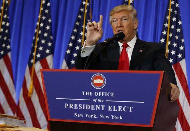 El presidente electo Donald Trump durante una conferencia de prensa en el vestíbulo de Trump Tower en Nueva York. Aseguró que México se aprovecha de EU. (AP Photo / Evan Vucci)