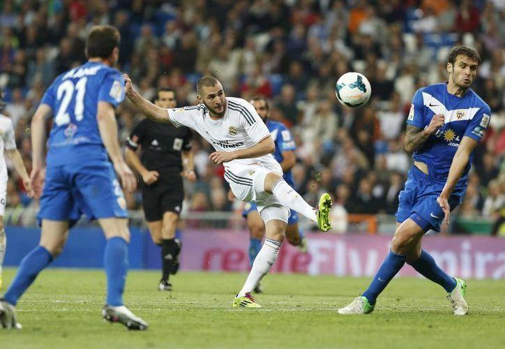 Di María, Bale, Alarcón y Morata pusieron cifras al marcador en la goleada madrileña. En la foto Benzema dispara a portería. (Agencias)