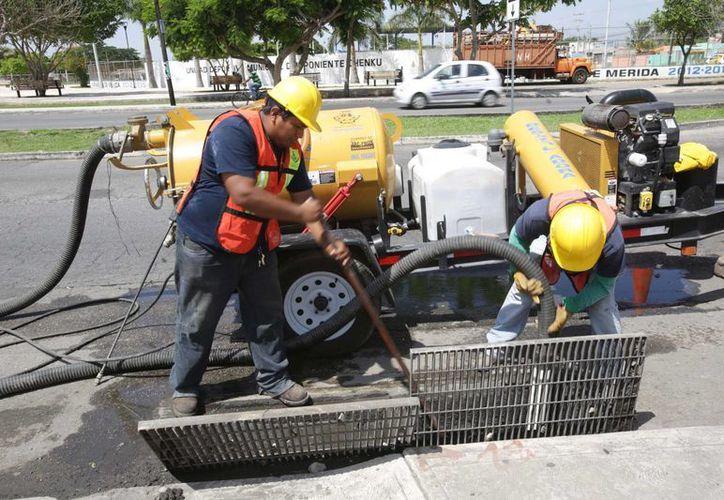 El desazolve de pozos es una de las acciones que se realizan para evitar encharcamientos en Mérida. (SIPSE)
