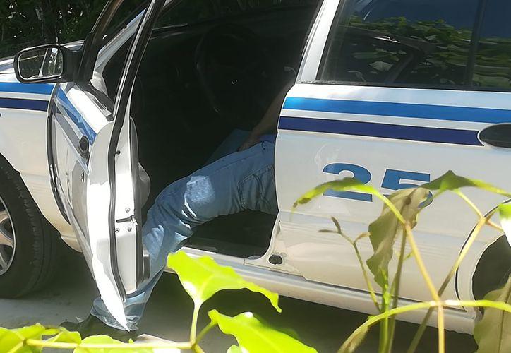 Un taxista perdió la vida tras recibir tres disparos dentro de su unidad, en el camino que conduce a la laguna Bonanza, en Bacalar. (Redacción/SIPSE)