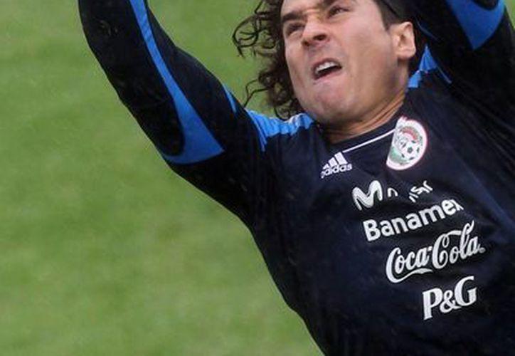 El fichaje del portero mexicano Guillermo Ochoa por parte del club Málaga del futbol de España lo convierte en el primer arquero azteca en llegar a la mejor liga del mundo, pero es el mexicano número 25 en jugar en la liga de las estrellas. (Notimex-Archivo)
