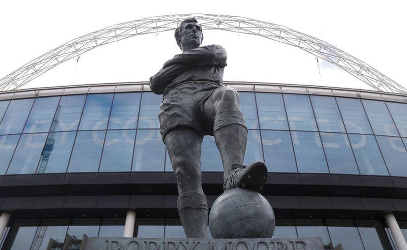 La estatua de Bobby Moore en las afueras del estadio Wembley de Londres. (AP Foto/Alastair Grant)