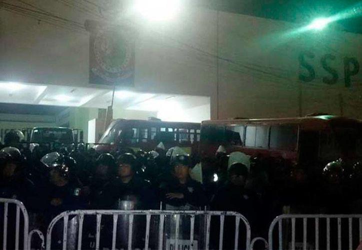 Policías federales no pudieron recuperar el cuartel tomado por policías estatales en Santa María Coyotepec, Oaxaca.  (excelsior.com.mx)
