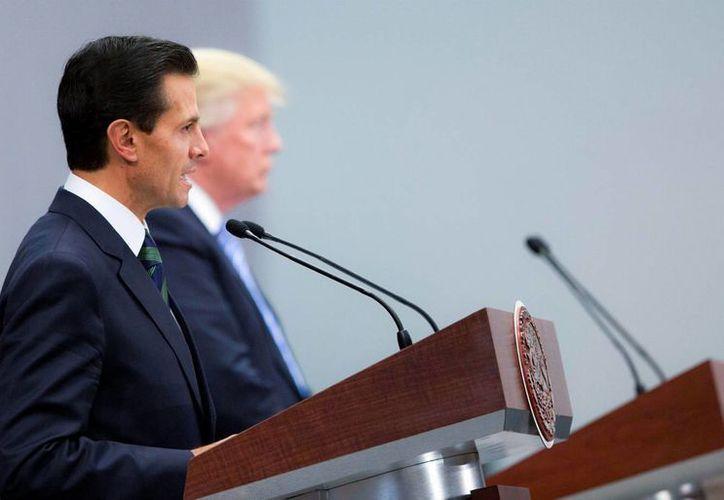 Analistas y ciudadanos criticaron lo que consideraron una 'débil' postura de Peña Nieto ante Donald Trump, quien realizó una visita de cuatro horas a nuestro país este miércoles. (EFE)