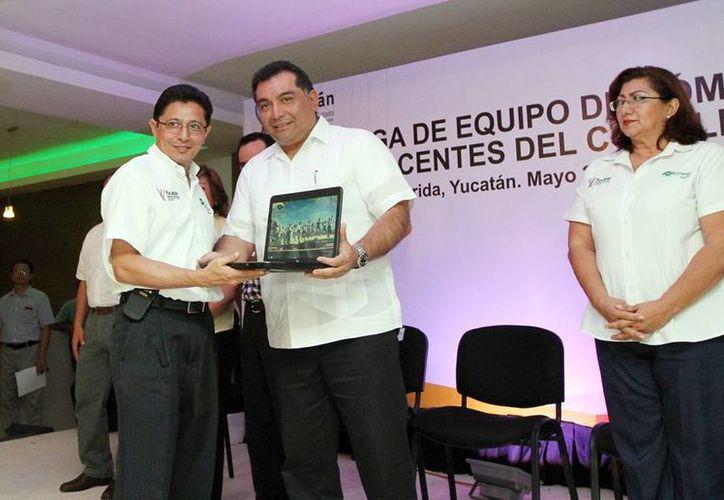 El secretario general de Gobierno, Víctor Caballero Durán, entregó las computadoras a los maestros. (Milenio Novedades)