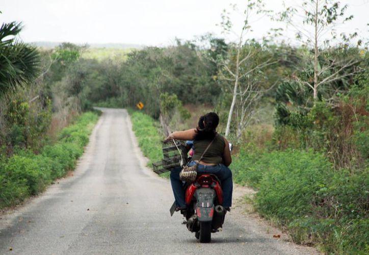 Parte de los recursos federales se invertirán en infraestructura carretera, como la de la foto que se encuentra en malas condiciones. (José Acosta/SIPSE)