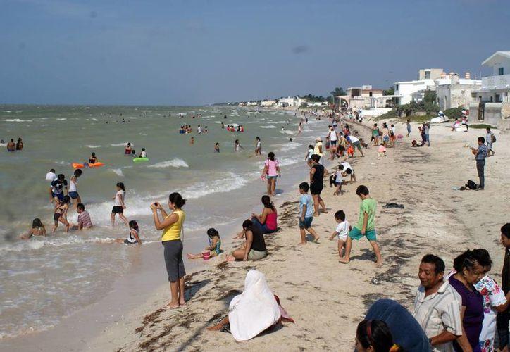 Los comercios de las playas yucatecas aumentan hasta en 50 por ciento sus ingresos durante los días de mayor afluencia, que corresponden al largo fin de semana que va del Jueves Santo al Domingo de Resurrección. (SIPSE)