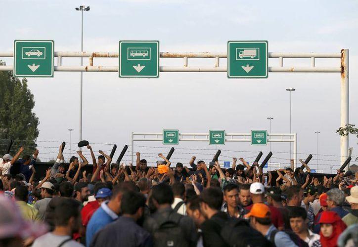 Migrantes protestan en un punto 'neutral', en Hungría, cerca de Horgos, Serbia. Hungría ha declarado estado de emergencia en dos de sus estados fronterizos del sur. (Foto: AP)