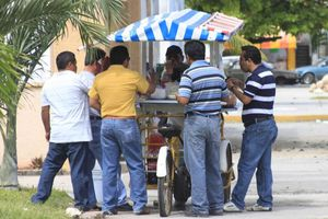 Pillan a inspectores extorsionando a vendedores ambulantes