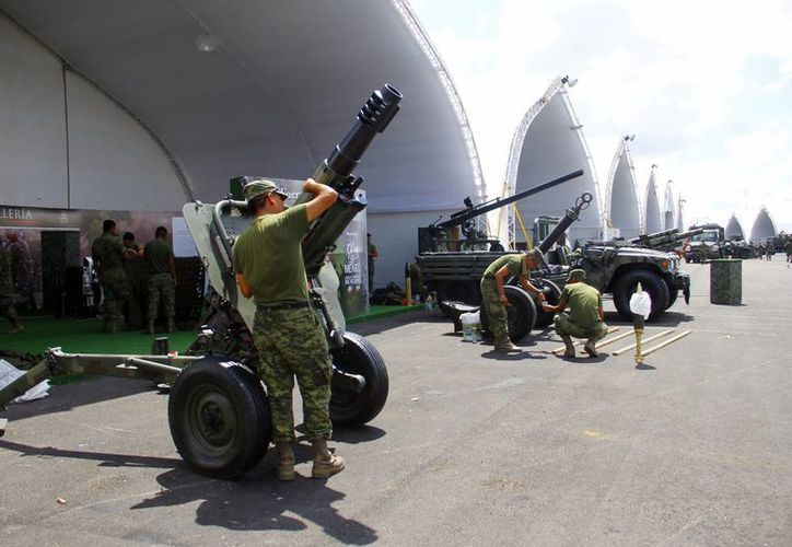 Elementos castrenses arman los poderosos equipos que serán exhibidos durante un mes. (Juan Albornoz/SIPSE)