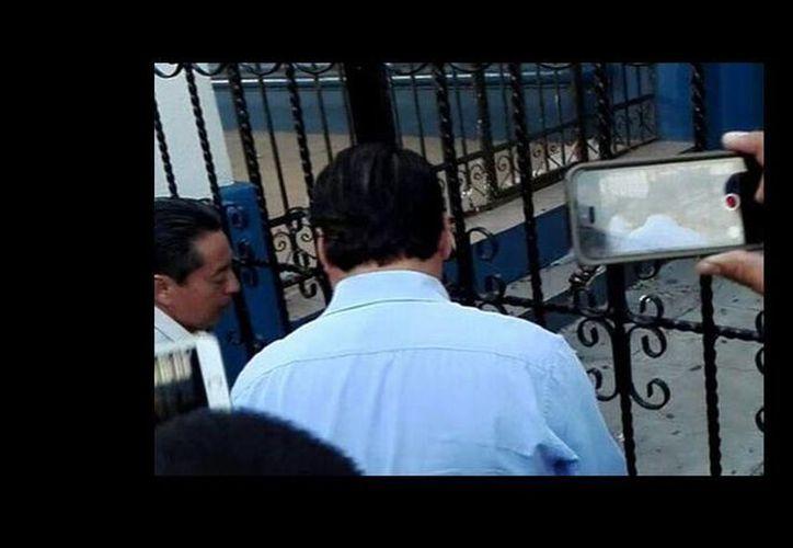 los padres de familia, rompieron las cadenas y candados de  la Secundaria del Estado No 1. (Abraham Jiménez López/Milenio)
