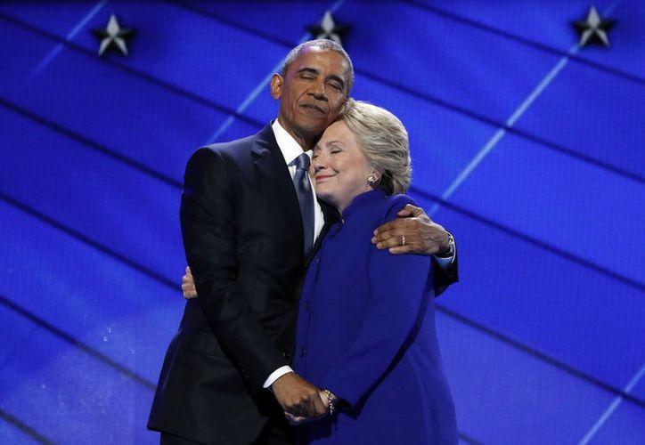 Tras finalizar su discurso, el presidente Obama recibió el abrazo de Hillary Clinton y un prolongado aplauso. (AP)