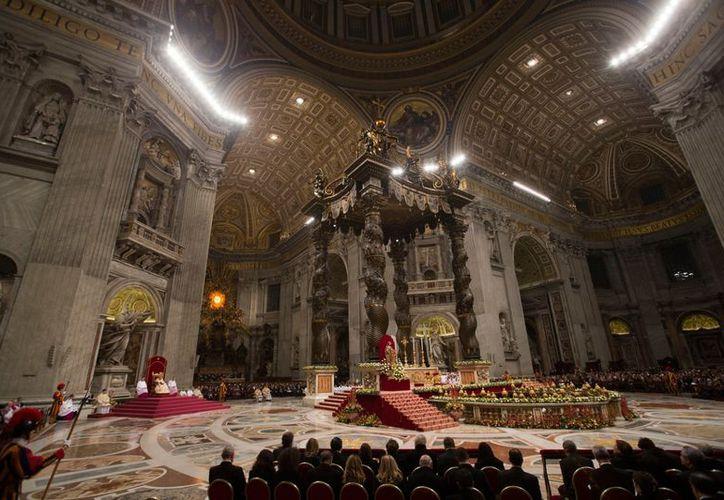 Aspecto del Te Deum presidido por el Papa Benedicto XVI la tarde de este lunes en la Basílica de San Pedro. (Agencia AP)